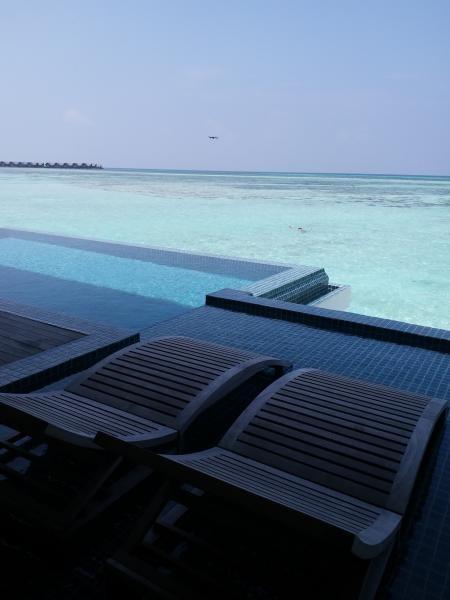 Kolam renang pribadi dengan pemandangan laut biru nan jernih