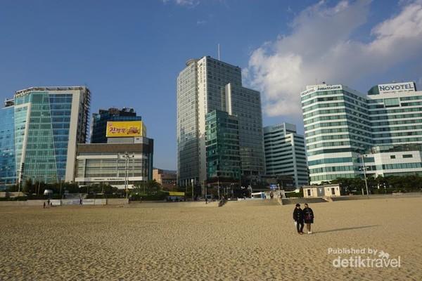 Pembangunan pesat di pesisir pantai Haeundae menjadi daya tarik tersendiri kala berdampingan dengan lautan pasir pantai.