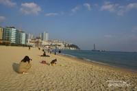Pantai Haeundae, Busan, Korea Selatan, menjadi tempat favorit untuk menghabiskan waktu dengan keluarga terutama dengan sang buah hati.