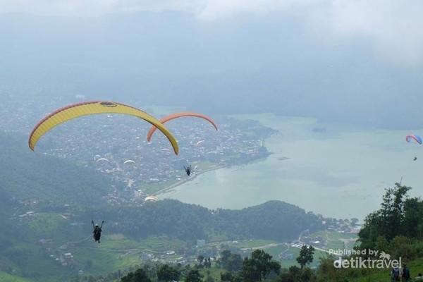 Paragliding dari Sarangkot menuju Pokhara