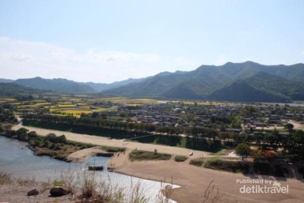 Pemandangan desa Hahoe dan sungai Nakdong