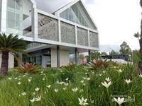 Taman dan aneka jenis bunga menghiasi bangunan PLBN Badau