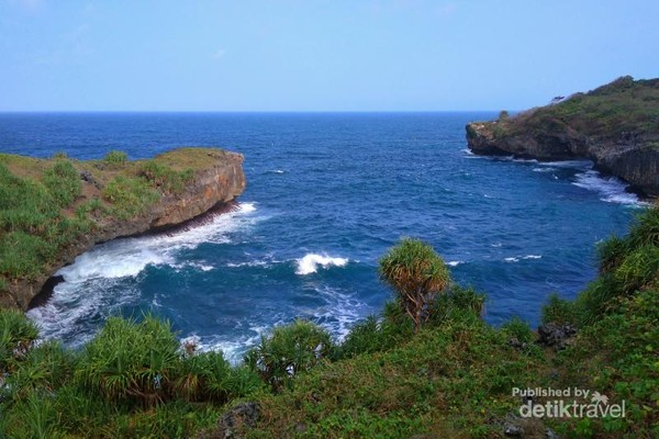 View menyejukkan saat menyusuri Pantai Sinden menuju Jembatan Pulau Kalong