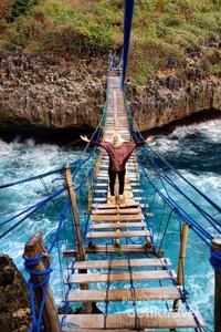Menikmati desiran ombak dan angin di tengah Jembatan Pulau Kalong