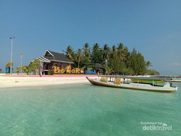 Pantai di Pulau Bokori
