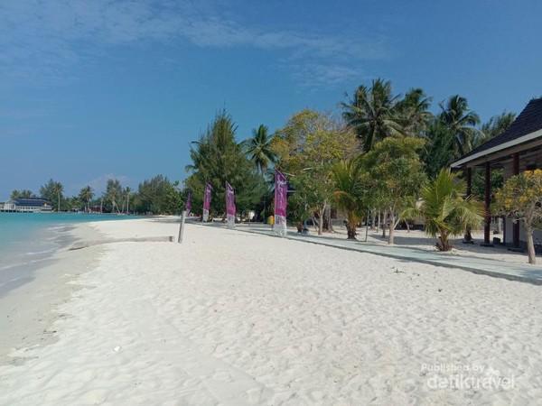 Pulaunya berpasir putih dan bersih