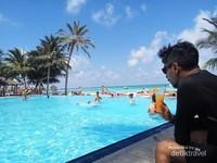 Jika bosan, bisa bersantai atau berenang di kolam sambil menikmati orange juice
