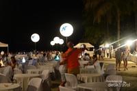 Suasana romantis, makan malam mewah di pinggir pantai dengan nuansa putih