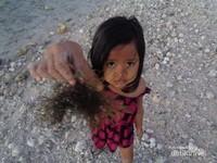 Namanya Devi, si gadis pantai asli Pula Nusa Penida. Oiya, sudah diberi izin orang tuanya untuk mengambil gambar