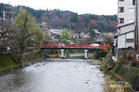 Jembatan Nakabashi yang menghiasi kota Takayama dengan warna merah menyalanya.