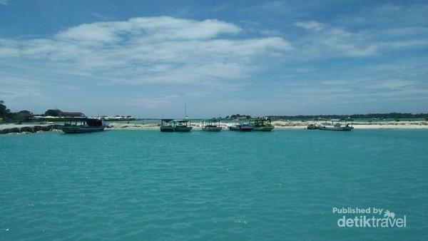 Pemandangan laut dari dermaga Pulau Harapan