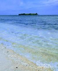 Deburan ombak di Pulau Bira