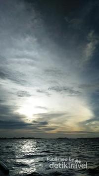 Menikmati sunset di atas laut