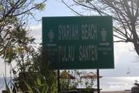 Tanda yang cukup besar untuk membedakan pantai bagi pengunjung pria dan wanita terdapat di bagian depan pantai