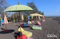 Tempat duduk dengan payung warna-warni menjadi penghias pantai nan cantik