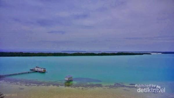 Warna biru toska dari laguna pulau widi sulit untuk dilupakan.