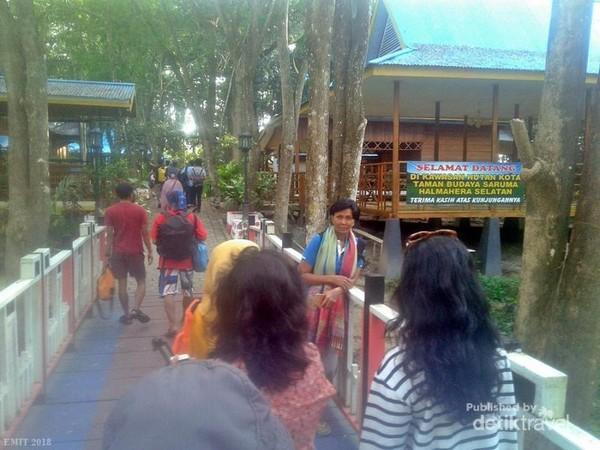 Suasana Hutan Kota yang berdekatan dengan pusat perkantoran pemerintah Kabupaten Bacan sangatlah sejuk dan rindang juga instagramable banget lah.