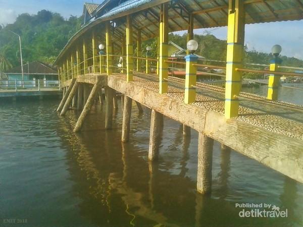 Jembatan Batu Bacan yang melintasi muara sungai. jangan lewatkan kesempatan berkunjung di jembatan satu-satunya di dunia yang terbuat dari bahan batu permata Bacan.