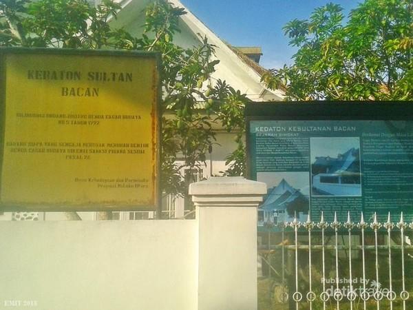 Bagi penyuka sejarah, jangan lewatkan kesempatan berkunjung ke Kedaton Kesultanan Bacan. berkunjunglah sesuai jam kunjungan.