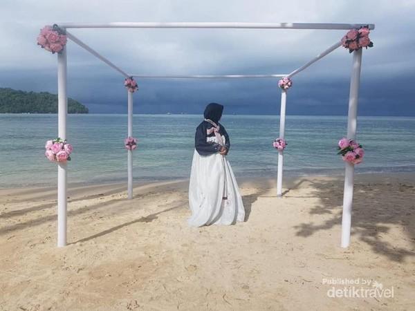 Sesi Foto di Pantai Menggunakan Hanbok