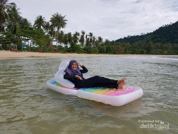 Menikmati Dinginnya Air Laut Saat Traveling