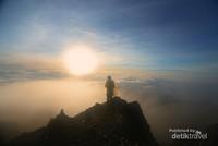 Akhirnya bisa melihat matahari terbit pertama di tahun 2018 dari puncak Rinjani.