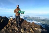 Bangga sekali bisa mengenakan batik di puncak Rinjani.