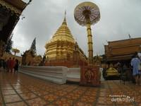 Wat Phra That Doi Suthep. Belum sah ke Chiang Mai jika belum menginjakkan kaki di kuil ini.