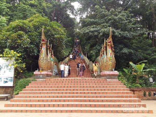 309 anak tangga untuk mencapai pagoda berwarna emas di Wat Phra That Doi Suthep