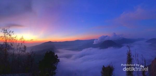 Matahari terbit di puncak Bromo