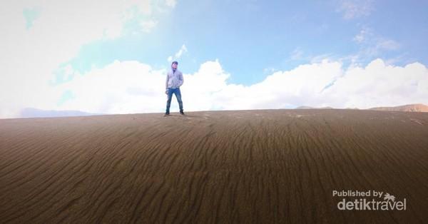 Pasir berbisik (hamparan pasir di Gunung Bromo)