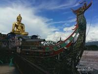 Patung Buddha duduk di atas kapal