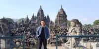 Adikku berfoto di Candi Sewu