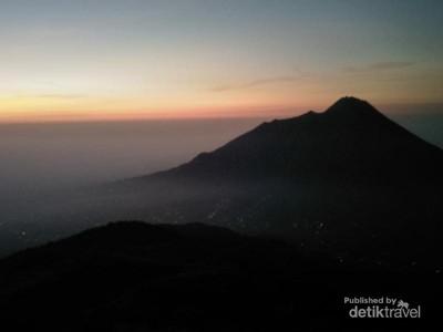 Menyambut Matahari Terbit di Gunung Merbabu