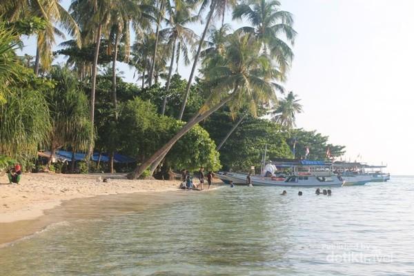 Menikmati sore di Pantai Tanjung Gelam