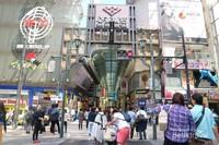 Shinsaibashi-Suji. meski toko-toko belum buka, namun sudah dibanjiri turis