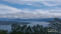 Dari puncak Bukit Simarjarunjung, pengunjung dapat melihat Pulau Tao, Pulau Samosir dan Danau Toba sekaligus