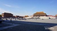 Halaman luas istana dengan latar Hall of Supreme Harmony