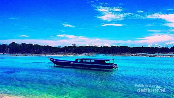 Sebuah boat menepi di Macaronis, Desa Silabu.