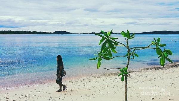 Putihnya pasir di Pantai Jati, Desa Tuapejat.