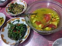 Ikan Kuah Asam dan Bunga Pepaya khas NTT ditemani oleh Tumis Kangkung.