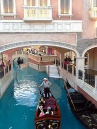 Canal cantik dan gondola di dalam mall The Venetian Resort