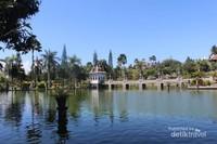 Kolam dengan pepohonan di sekelilingnya sungguh menjadi pemandangan yang menyejukkan
