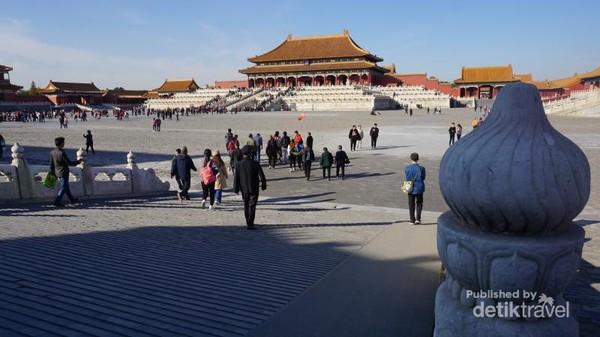 Halaman istana yang luas dengan latar Hall of Supreme Harmony