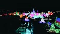 Ice and Snow World Festival di Harbin menampilkan bangunan-bangunan yang terbuat dari es dan salju yang merupakan terbesar di dunia