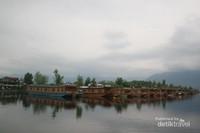 Danau Dal yang tenang berada di tengah - tengah Kota Srinagar