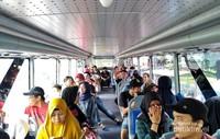 Suasana di lantai 2 bus wisata. Seluruh penumpang wajib duduk ketika bus melaju