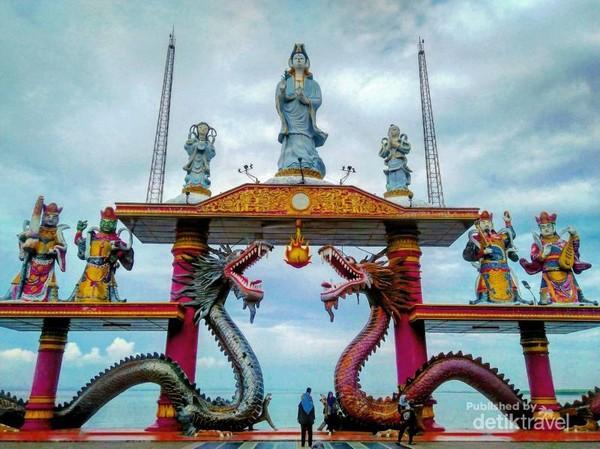 Mengunjungi Kenjeran Park untuk bertemu dengan para naga dan patung Dewi Kwan Im yang berdiri kokoh di pesisir pantai.