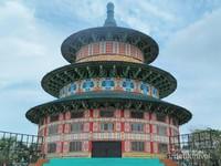 Terpesona saat memandang Pagoda Tian Ti yang menjadi ikon di Kenjeran Park dan dibuat dengan arsitektur semirip mungkin layaknya di China