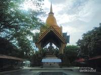 Bertatapan dengan patung Brahma 4 rupa yang menjulang tinggi bak raksasa dan merupakan replika serupa dengan yang ada di Thailand.